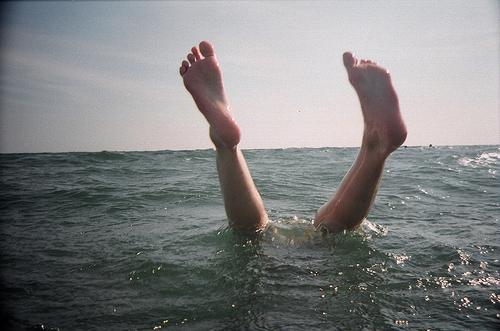 beach-feet-film-lomography-ocean-summer-Favim.com-42478