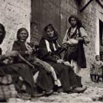 Παραμυθιά, κοπέλες γνέθουν και πλέκουν. 1913