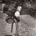 Δελβινάκι, γυναίκα με τα νεροβάρελα πάει στη βρύση1913