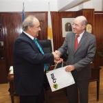 Ο Πρόεδρος της Cyta κ. Στάθης  Κιττής παραδίδει στον Υπουργό Άμυνας κ. Δημήτρη Ηλιάδη τα πακέτα soeasy για τους νεοσυλλέκτους