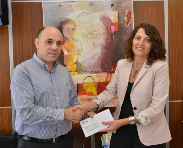 Στιγμιότυπο από την παράδοση της επιταγής από τη Διευθύντρια Επικοινωνίας της Cyta, κα Ρίτα Καρατζιά προς το Δημάρχο Λατσιών, κ Παναγιώτη Κυπριανού
