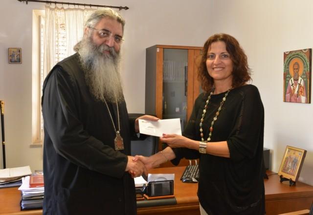 Στιγμιότυπο από την παράδοση της επιταγής από τη Διευθύντρια Επικοινωνίας της Cyta, κα Ρίτα Καρατζιά προς το Μητροπολίτη Μόρφου κ.κ. Νεόφυτο