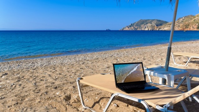 laptop-beach