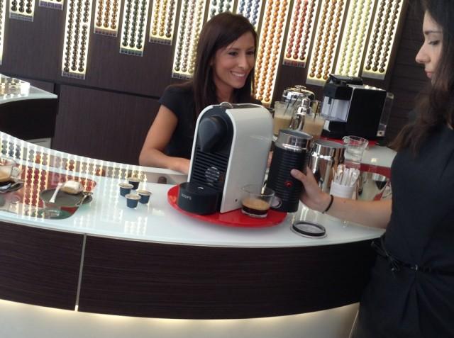 Ε, η αλήθεια είναι ότι ο καφές είναι πιο γλυκός όταν στον ετοιμάζουν τέτοια χέρια αλλά... stay focused! Τον νου σου στην καφετιέρα εσύ!