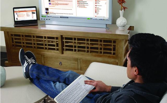 K400_BOB_lifestyle white keyboard darker