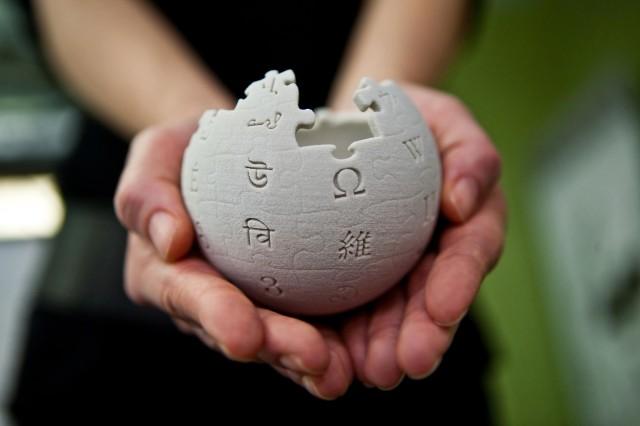 Wikipedia_mini_globe_handheld-640x426