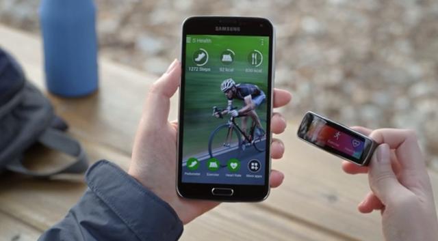 Samsung Galaxy S5 Gear Fit hands-on