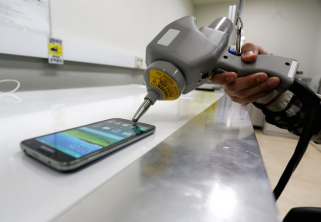 S5-Phone-is-tested-to-see-if-it-stands-up-to-static-electricity