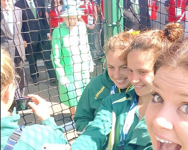 queen-elizabeth-ii-photobombing-selfies2