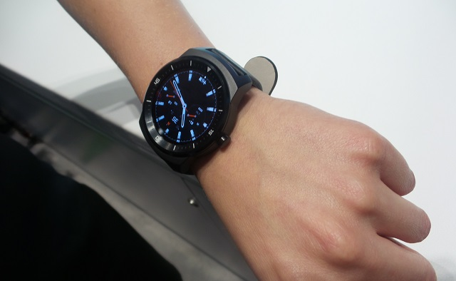 LG G Watch R hands-on 05