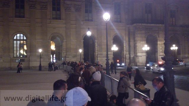 """Στο Παρίσι για το λανσάρισμα του iPhone 5 όπου η """"μαύρη αγορά"""" έδινε και έπαιρνε στο Apple Store δίπλα στο Λούβρο..."""