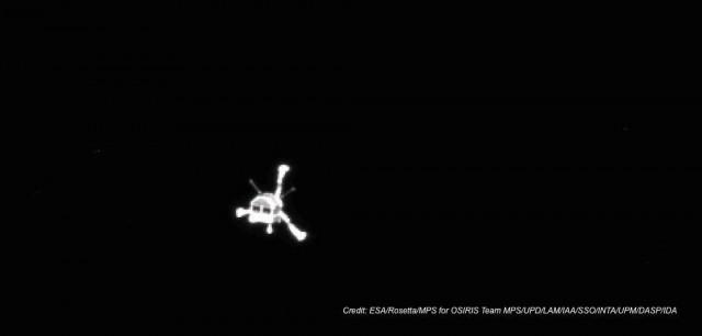 Ιδού μία φωτό του Philae από την Osiris camera του σκάφους Rosetta, αφού αποκολλήθηκε από το δεύτερο και ταξιδεύοντας προς τον κομήτη.