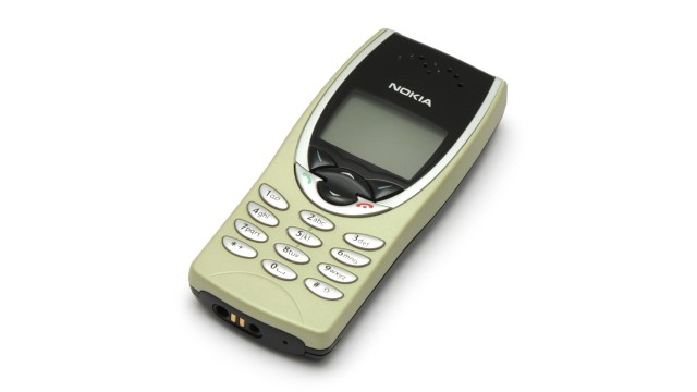 Nokia_8210_in_light_cover