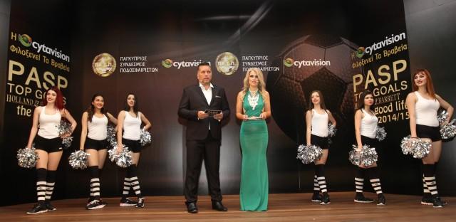 Oι παρουσιαστές Άλκης Μπότσος και Μαίρη Ταραλίδου, πλαισιωμένοι από τις cheerleaders «Φήμη»