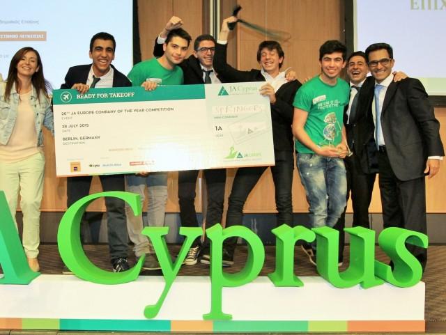 Η νικήτρια ομάδα με τον Πρόεδρο του Junior Achievement Κύπρου, κ. Ανδρέα Παπαδόπουλο, και τη Διευθύνουσα Σύμβουλο, κα Ελοΐζα Σαββίδου