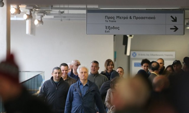 Τι δουλειά είχαν πινακίδες από το μετρό της Αθήνας σε λονδρέζικο σταθμό του DLR;