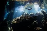 """""""Ελεύθερος δύτης απολαμβάνει την ηρεμία των κρυστάλλινων νερών"""". Φωτογραφία: Terry Steeley, UK. Κατηγορία: Freshwater (Silver Medal Winner). Τοποθεσία: Μεξικό."""