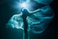 """""""Χορεύοντας στο σεληνόφωτο"""". Φωτογραφία: Lucie Drlikova, Τσεχία. Κατηγορία: Fashion (Gold Medal Winner). Τοποθεσία: Ηνωμένες Πολιτείες."""