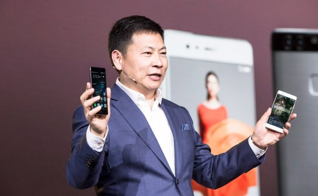 Ο Richard Yu της Huawei με τα P9 και P9 Plus