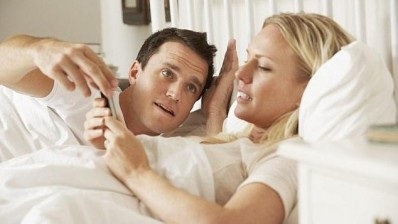 checking-smartphone-in-bed-634x357