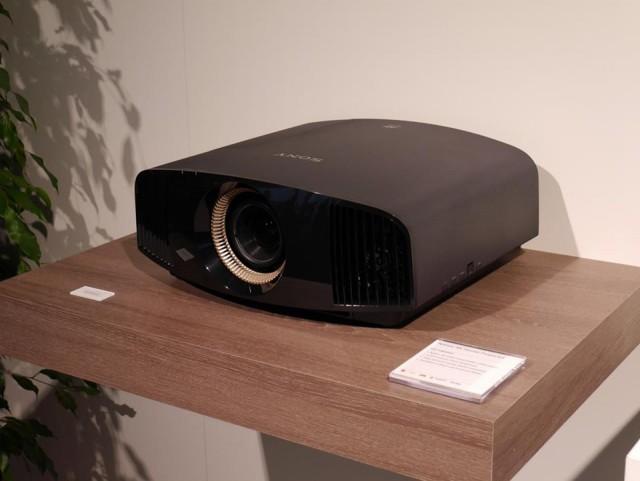 Sony VPL-VW320ES (1)