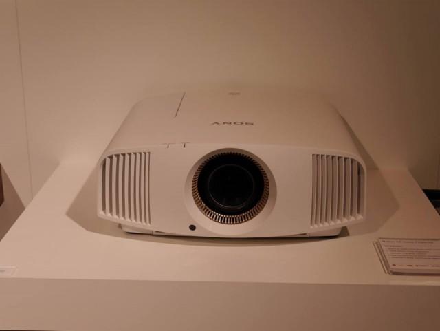 Sony VPL-VW320ES (2)