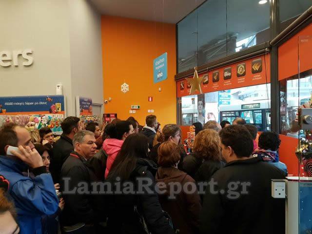 Black Friday στην Ελλάδα. Ουρές έξω από τα καταστήματα που κάνουν ... 010ce72ba24
