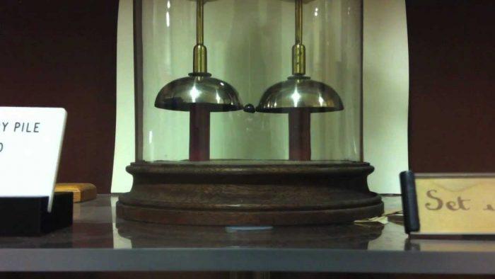Μυστηριώδης μπαταρία δουλεύει 176 χρόνια και κανείς δεν ξέρει πώς!