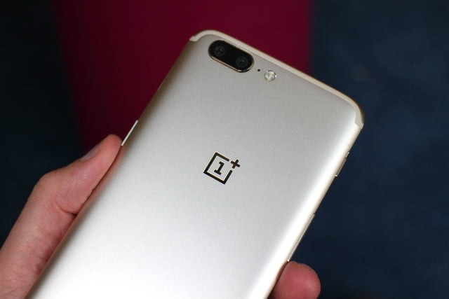 oneplus-5-soft-gold-back-hand-2-640x0