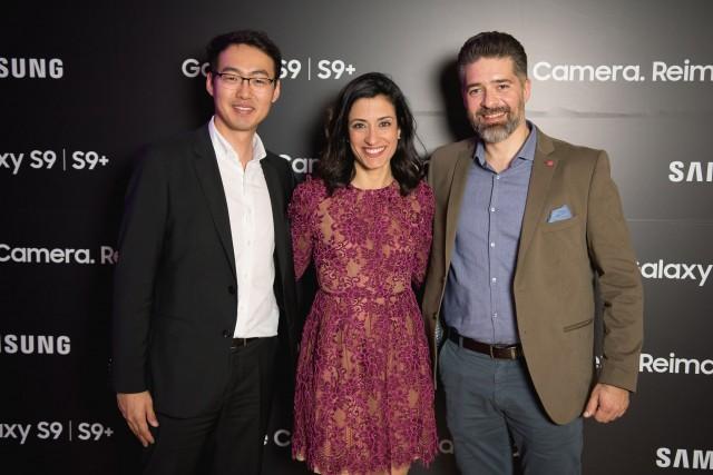 O Simon Kim, Business Manager του τμήματος Κινητής Τηλεφωνίας της Samsung Electronics Hellas, η Έρση Τσουκάκη, Marketing Manager και ο Άρης Παρασκευόπουλος, Διευθυντής του τμήματος Κινητής Τηλεφωνίας.