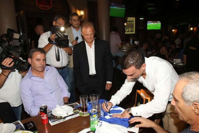 Ο Κωνσταντίνος Χαραλαμπίδης και ο Γιώργος Σαββίδης υπογράφουν φανέλα της Εθνικής Κύπρου