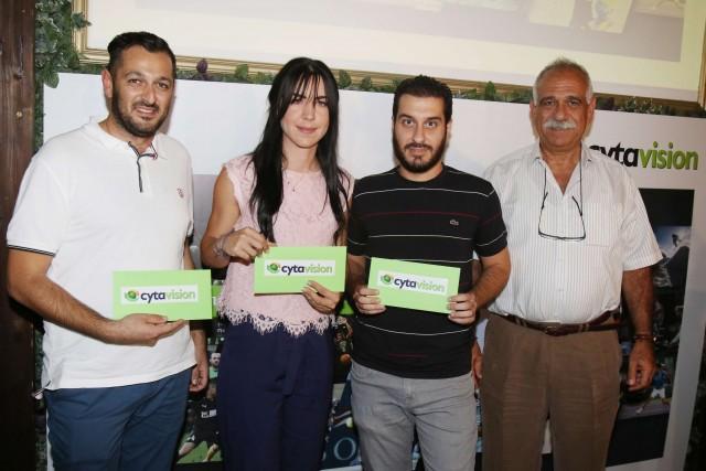 Ο ΑνΑΕΔ της Cyta κ. Μιχάλης Αχιλλέως, μαζί με τους τυχερούς που κέρδισαν δωρωκουπόνια των €100 από τα καταστήματα Cyta