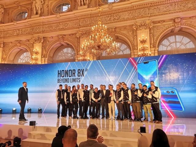 Οι Honor Fans στη σκηνή, κατά τη διάρκεια της παρουσίασης τους. Ανάμεσά τους και η ελληνική αποστολή...
