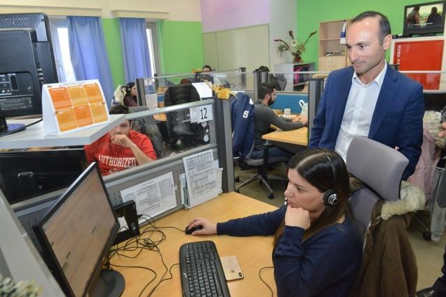 Ο νέος CEO της Cyta, κ Ανδρέας Νεοκλέους, αφιέρωσε την πρώτη του μέρα στον Οργανισμό στην πρώτη γραμμή εξυπηρέτησης πελατών. Φωτογραφικό στιγμιότυπο από την επίσκεψη στα Κέντρα Τηλεξυπηρέτησης Cyta