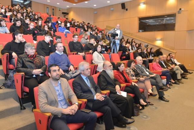 Μαθητές, εκπαιδευτικοί και άλλοι ενδιαφερόμενοι που παρευρέθηκαν στην εκδήλωση