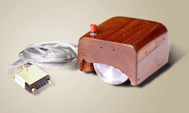 Prototype de la 1ere souris d'ordinateur presente en 1968 (la souris fut inventee en 1963 par l'ingenieur informatique americain Douglas Engelbart) --- Prototype of the 1st mouse computer presented in 1968 (invented in 1963 by Douglas C. Engelbart)