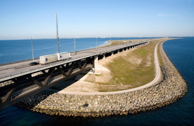 oresund-bridge-tunnel-connects-denmark-and-sweden-14